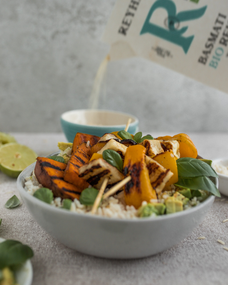 Mittagessen Halloumi-Reis-Bowl mit Süßkartoffel