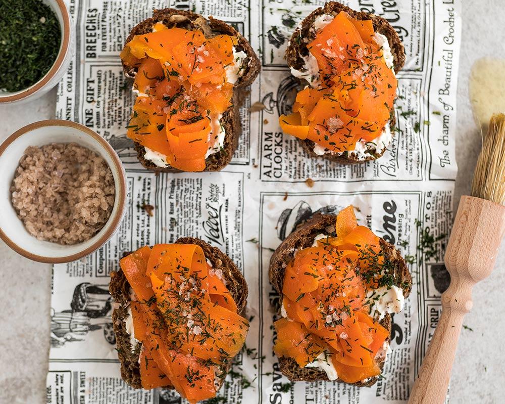 Veganer Räucherlachs Karottenlachs auf Brot