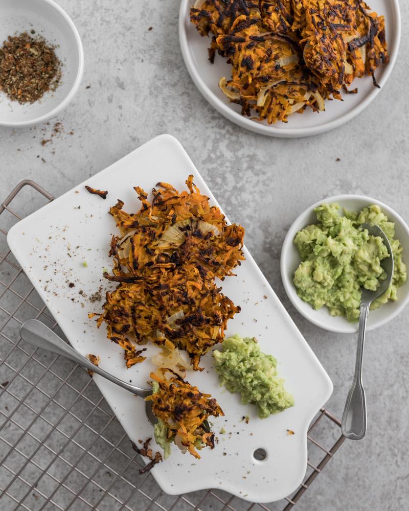 Süßkartoffel-Karotten-Puffer Mit Avocado-Wasabi Dip